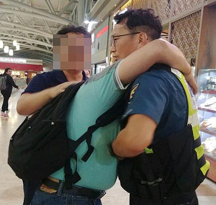 공항에서 경찰 끌어안은 외국인 노동자의 사연은?