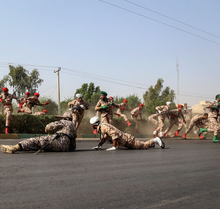 """이란 軍퍼레이드 도중 총격으로 80여명 사상…IS """"우리 소행"""""""