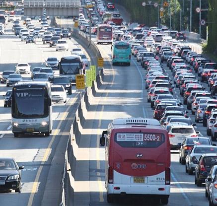차량 몰린 고속도로, 흐름은 '거북걸음'