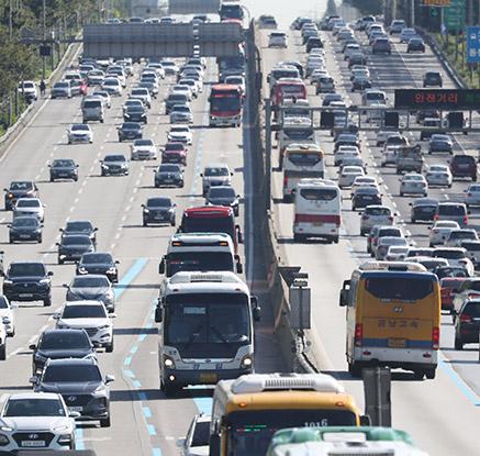 차량 증가하는 고속도로 상ㆍ하행선