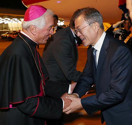 문 대통령, 이탈리아 로마 도착…교황청 영접