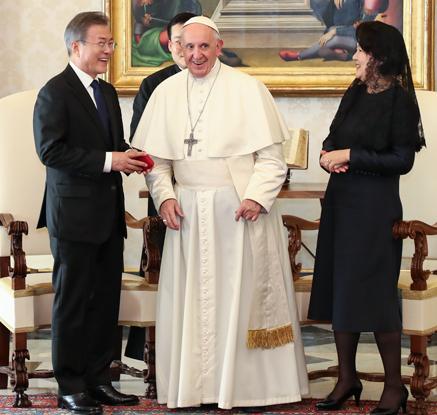 """문대통령, 프란치스코 교황 면담…교황 """"공식초청장 오면 北 갈 수 있어"""""""