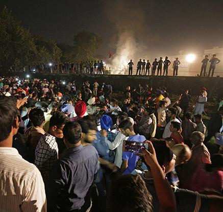 """인도서 달리던 열차가 축제 인파 덮쳐…""""61명 이상 사망"""""""