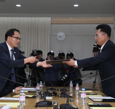 공동보도문 교환하는 남북