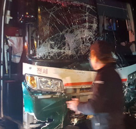 삼중 충돌사고로 부서진 버스