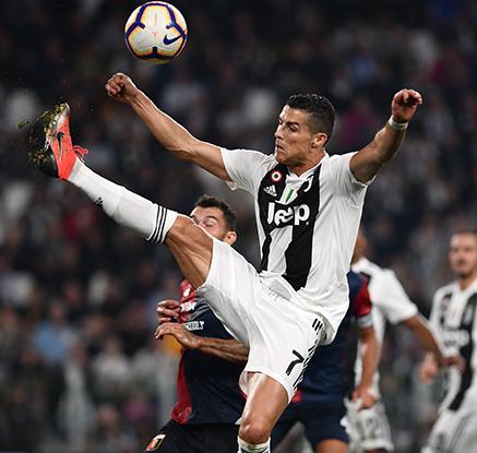 ′논란 속 변함없는 경기력′ 호날두, 유럽 5대 리그 최초 400호 골
