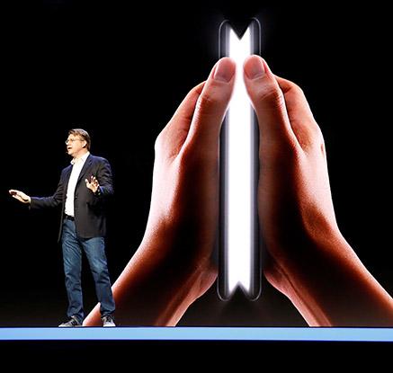 수십만 번 접었다 펴도 그대로···삼성 폴더블폰 첫 공개