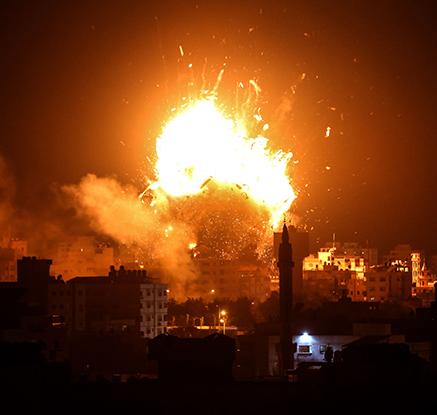 이스라엘군 폭격 맞아 화염에 휩싸인 하마스 TV방송국 건물