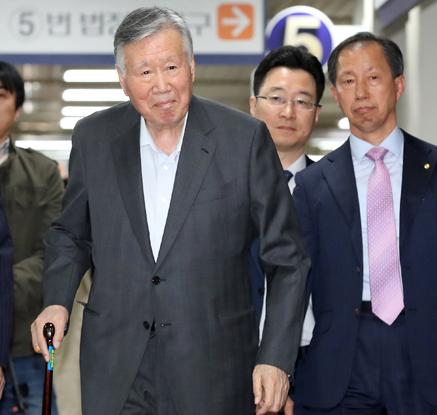 '횡령·배임' 이중근 부영회장 1심 징역 5년·벌금 1억원