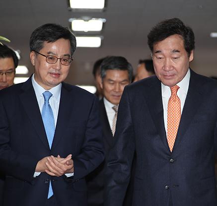 대화하는 이낙연 총리와 김동연 부총리