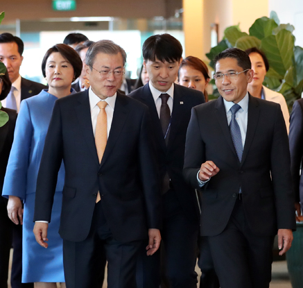 문대통령, 싱가포르 도착…다자회의 참석·푸틴과 정상회담