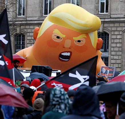 또 다시 등장한 '아기 트럼프' 풍선…파리서 트럼프 반대 시위
