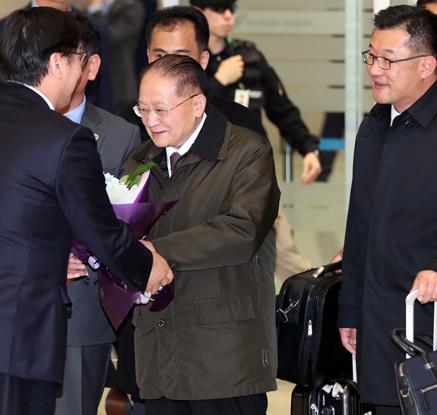 입국 환영 꽃다발받는 리종혁 부위원장
