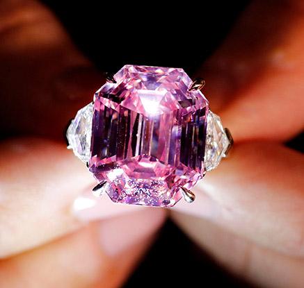 무려 ′19캐럿′ 핑크 다이아몬드, 574억원에 낙찰