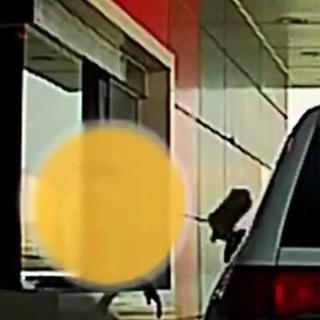 [영상] 패스트푸드 드라이브스루 매장서 벌어진 황당한 '고객 갑질'