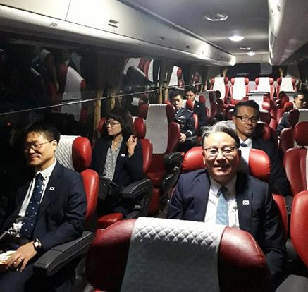 개성 남북연락사무소로 떠나는 항공회의 남측 대표단
