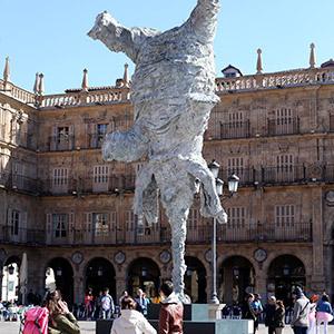 '광장에 등장한 거대 코끼리?'