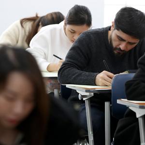 한국어 시험보는 외국인