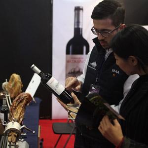 월드와인박람회…제품 설명에 열중인 외국인