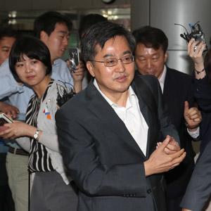 기자들의 질문 받으며 출근하는 김동연 부총리 후보