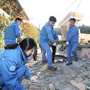 포스코, 포항 지진피해 복구 성금 15억 전달