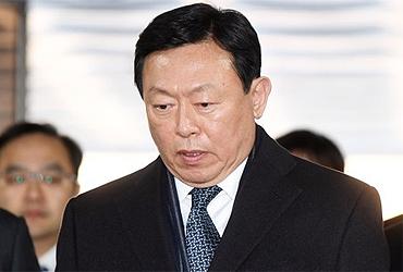 신동빈 롯데회장, 日롯데홀딩스 공동대표 사임…이사직은 유지