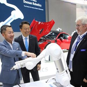 독일 '오토매티카 2018' 참관하는 박정원 두산 회장