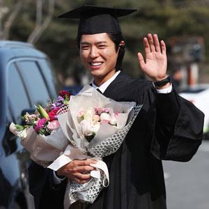 박보검 '학사모 쓰고 환한 미소'