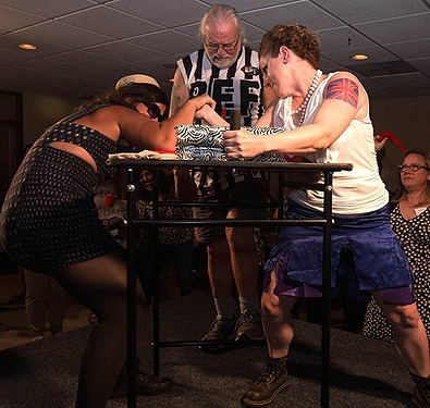 미국 여성 팔씨름 대회 '썸머 스맥다운'