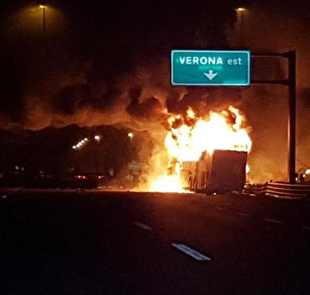 伊 고속도로 버스 화재…16명 사망·20여명 부상