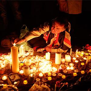 테러 희생자 애도 촛불 밝히는 런던시민들