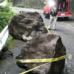 일본 지진으로 도로에 떨어진 암석