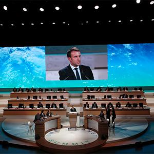 파리기후협정 2주년 국제회의서 연설하는 마크롱
