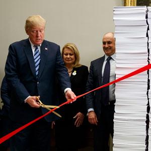 """트럼프 """"규제 없애겠다""""…백악관서 '가위질쇼'"""