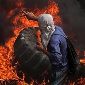 이스라엘軍 향해 새총 쏘는 팔레스타인 시위대