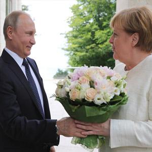 메르켈에게 꽃다발 전하는 푸틴