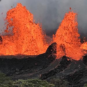 붉은 용암 튀어오르는 킬라우에아 화산