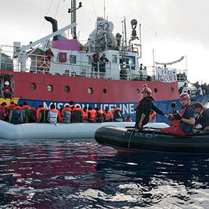 고무보트 난민 구조하는 '미션 라이프라인' 선박