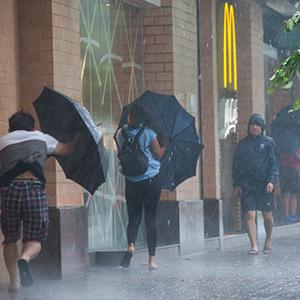 초강력 태풍 '망쿳' 상륙한 홍콩에 '비상태세'