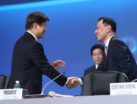 민원기 의장과 악수하는 최양희 미래부 장관