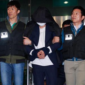 통영경찰서로 압송되는 40대 여성 살해 용의자