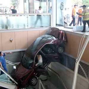 위기일발, 추락한 승용차