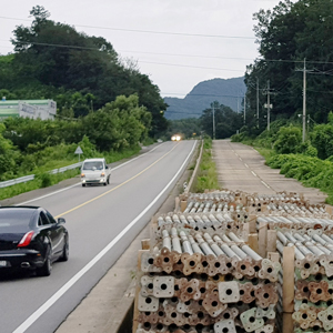 폐쇄된 도로에 쌓인 적치물