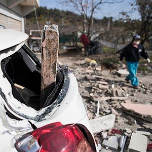지진피해 복구작업하는 주민