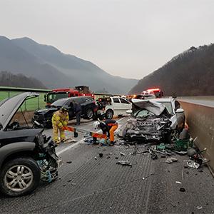 서울-양양고속도로서 13중 추돌사고