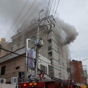 모텔 화재로 피어오르는 연기
