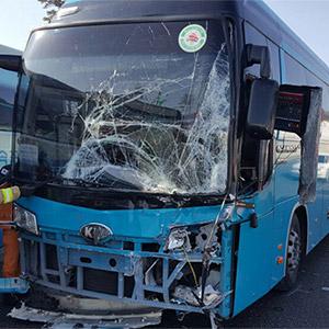 앞 유리창 심하게 깨진 관광버스