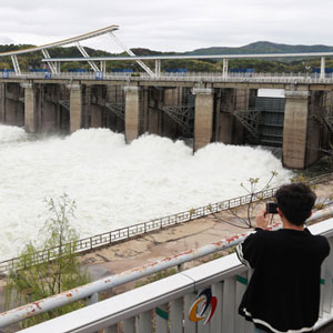 올해 첫 수문 개방한 팔당댐