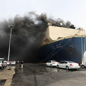 연기 가득 찬 화물선 화재 현장