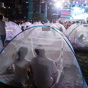 '텐트형 모기장에서 공연 봐요'